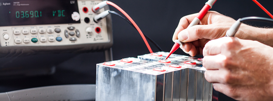 Voltage and charge level measurement of Lithium-Ion batteries